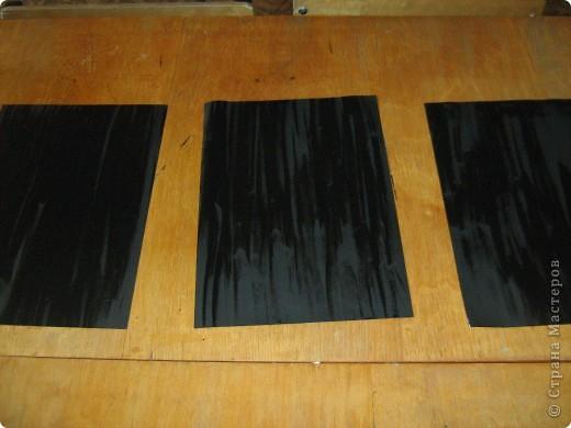 Очень часто для изготовления интересных работ необходима бумага такого цвета, какого не смогли найти в магазине.  1.Берем лист бумаги А4, красим черным цветом – гуашь.   фото 8