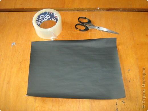 Очень часто для изготовления интересных работ необходима бумага такого цвета, какого не смогли найти в магазине.  1.Берем лист бумаги А4, красим черным цветом – гуашь.   фото 9