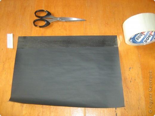 Очень часто для изготовления интересных работ необходима бумага такого цвета, какого не смогли найти в магазине.  1.Берем лист бумаги А4, красим черным цветом – гуашь.   фото 10