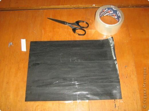 Очень часто для изготовления интересных работ необходима бумага такого цвета, какого не смогли найти в магазине.  1.Берем лист бумаги А4, красим черным цветом – гуашь.   фото 12
