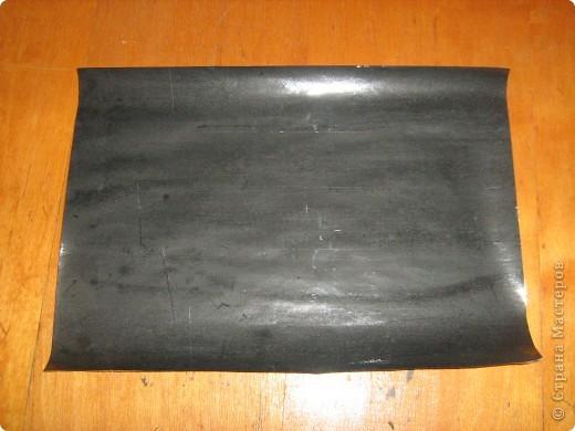 Очень часто для изготовления интересных работ необходима бумага такого цвета, какого не смогли найти в магазине.  1.Берем лист бумаги А4, красим черным цветом – гуашь.   фото 13