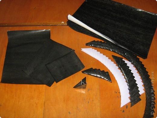 Очень часто для изготовления интересных работ необходима бумага такого цвета, какого не смогли найти в магазине.  1.Берем лист бумаги А4, красим черным цветом – гуашь.   фото 14