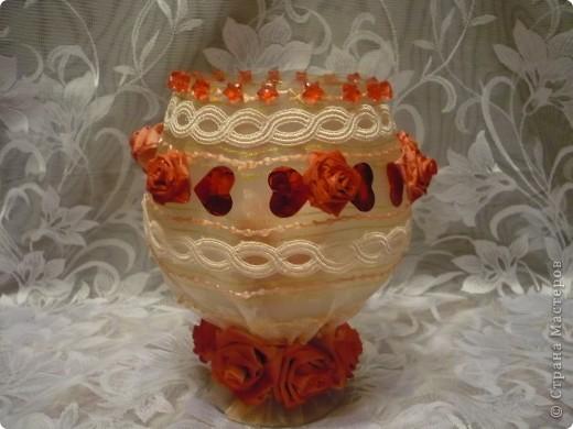 Это моя самая первая работа. Декорировала стеклянную вазу (в виде рюмки для коньяка, только большая). Она без дела стояла у сестры в шкафу, и тут я решила ее хоть как-то преобразить. И вот, что получилось.... фото 1