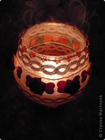 Это моя самая первая работа. Декорировала стеклянную вазу (в виде рюмки для коньяка, только большая). Она без дела стояла у сестры в шкафу, и тут я решила ее хоть как-то преобразить. И вот, что получилось.... фото 2