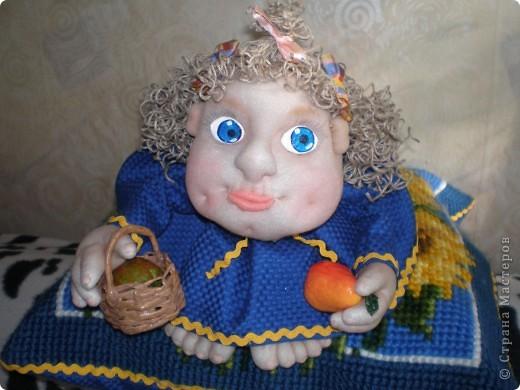 Это Груня, когда шила ее, сказала в сердцах, что груша какая то выходит. Так она и назвалась Груша. И как же ей не дать фруктов? Сплела корзинку и сшила, покрасила-раскрасила грушу с яблоком. фото 1