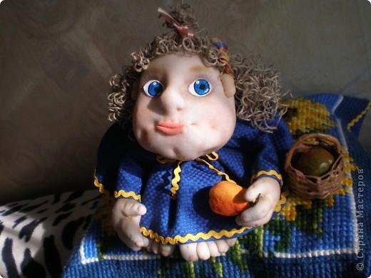 Это Груня, когда шила ее, сказала в сердцах, что груша какая то выходит. Так она и назвалась Груша. И как же ей не дать фруктов? Сплела корзинку и сшила, покрасила-раскрасила грушу с яблоком. фото 2