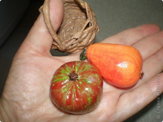 Это Груня, когда шила ее, сказала в сердцах, что груша какая то выходит. Так она и назвалась Груша. И как же ей не дать фруктов? Сплела корзинку и сшила, покрасила-раскрасила грушу с яблоком. фото 4
