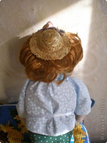 Это Груня, когда шила ее, сказала в сердцах, что груша какая то выходит. Так она и назвалась Груша. И как же ей не дать фруктов? Сплела корзинку и сшила, покрасила-раскрасила грушу с яблоком. фото 8