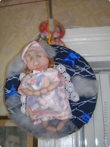 Это Груня, когда шила ее, сказала в сердцах, что груша какая то выходит. Так она и назвалась Груша. И как же ей не дать фруктов? Сплела корзинку и сшила, покрасила-раскрасила грушу с яблоком. фото 17