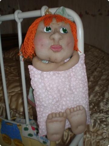 Это Груня, когда шила ее, сказала в сердцах, что груша какая то выходит. Так она и назвалась Груша. И как же ей не дать фруктов? Сплела корзинку и сшила, покрасила-раскрасила грушу с яблоком. фото 18