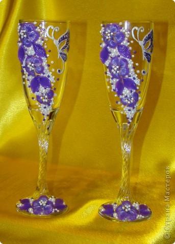 Фиолетовые цветочки и бабочка украсили мои новые бокальчики. фото 1