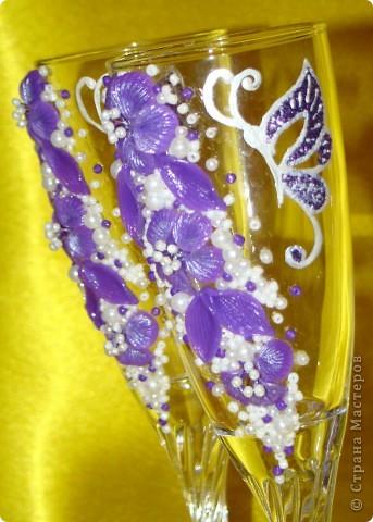 Фиолетовые цветочки и бабочка украсили мои новые бокальчики. фото 2