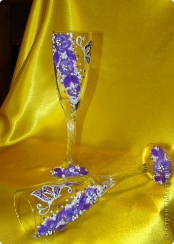 Фиолетовые цветочки и бабочка украсили мои новые бокальчики. фото 3