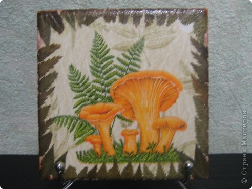 Панно на керамической плитке-Грунтовала ПВА+акрил белый,салфетка,скорлупа перепелинных яиц,тени для век,лак. фото 2