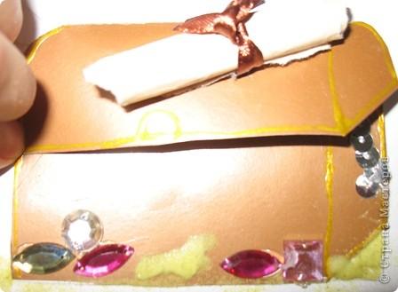 Не большое продолжение острова сокровищ. На этот раз это сундук с  драгоценными камнями и золотом. прилагается карта, стоит сундук на песке. Доча очень старалась. фото 5