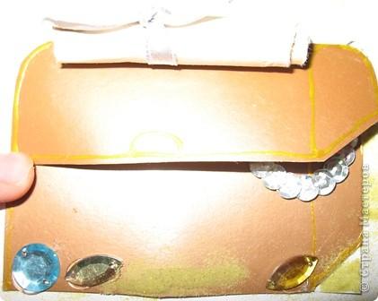 Не большое продолжение острова сокровищ. На этот раз это сундук с  драгоценными камнями и золотом. прилагается карта, стоит сундук на песке. Доча очень старалась. фото 7