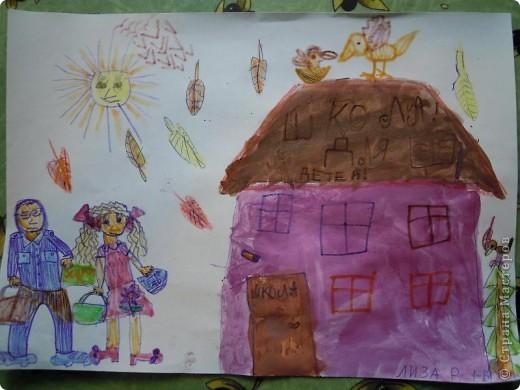 Моя дочь пошла в 1 класс! Мы готовились к этому радостному событию. Сделали аппликацию из бумаги. Буквы дочь обводила по трафарету. Пчелки и жучки олицетворяют труд. А цветы, конечно -праздник! фото 3
