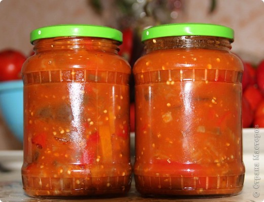 Лечо  На 3-х литровую банку томатного сока: - 1 ст. масла - 1 ст. сахара - 1 ст. уксуса (я добавляю 150 гр.) - 2-3 ст. л. Соли перец горошком на свой вкус (я кидаю около 20шт)  1,5 кг морковки на крупную терку 1,5 кг. лука соломкой 4 кг. перца порезать соломкой  Перец закидываю в последнюю очередь, готовность определяю по вкусу, но не раньше 20-30 мин. после того, как добавила перец  фото 2