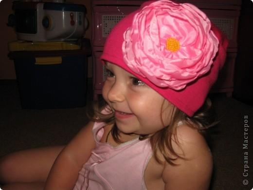 Вот такую трикотажную шапочку сшила я для одной маленькой принцессы.