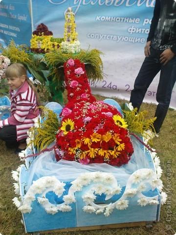У нас вчера прошел день рождения города Рыбинска!  Хочу показать всем представленные на празднике креативные цветочные экспозиции флористических салонов нашего города, а так же выставку фигурной резки из овощей и фруктов.  Все фото сделаны на телефон, поэтому всю красоту передать не могу. фото 5