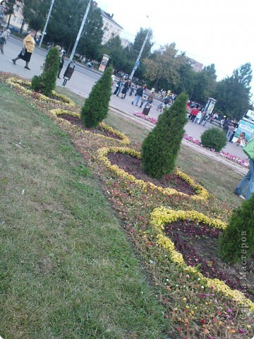У нас вчера прошел день рождения города Рыбинска!  Хочу показать всем представленные на празднике креативные цветочные экспозиции флористических салонов нашего города, а так же выставку фигурной резки из овощей и фруктов.  Все фото сделаны на телефон, поэтому всю красоту передать не могу. фото 14