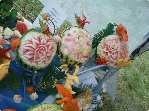 У нас вчера прошел день рождения города Рыбинска!  Хочу показать всем представленные на празднике креативные цветочные экспозиции флористических салонов нашего города, а так же выставку фигурной резки из овощей и фруктов.  Все фото сделаны на телефон, поэтому всю красоту передать не могу. фото 3