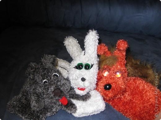 Вот такие зверушки-перчатки сегодня родились.Собачка была сшита уже давно по МК Многомамы-спасибо ей огроменное!А коллега по работе попросила сделать белочку и зайку для своих первоклашек.Это герои из учебника. фото 1