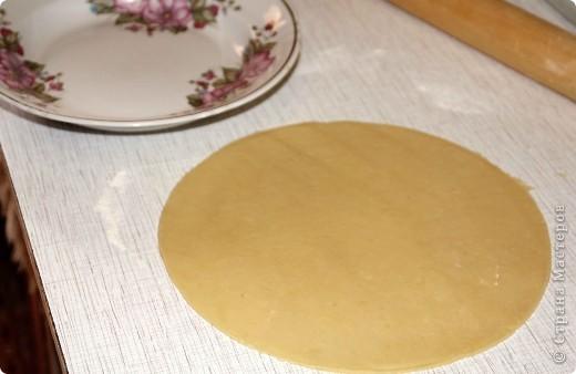 Это рогалики с клубничным вареньем.  Мастер-класс по этому тесту я уже делала http://stranamasterov.ru/node/228061 Но повторюсь: тесто, скажу сразу, делаю на глаз – берем муку и перетираем с маслом (где- то 3 ст. муки и 250 гр. Масла ). Когда в процессе получилась порошкообразная смесь , добавляем сметаны (идет много  около 2 ст). В итоге получаем хорошее тесто. К рукам ничего не должно липнуть!!! И ставим тесто в холодильник (обязательно) на мин. 20-30  фото 2