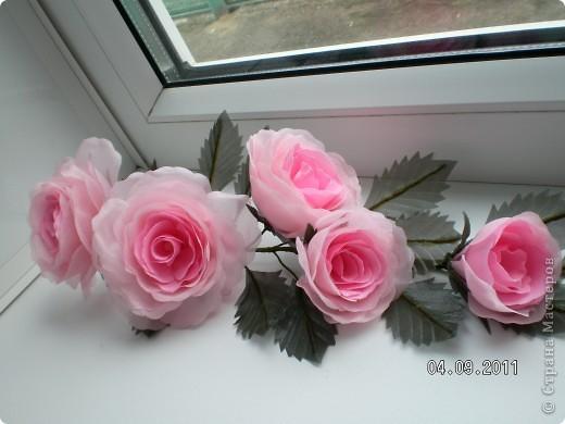 Доброго времени суток, мои дорогие. Очень захотелось показать Вам работы моей дорогой и любимой мамочки. Эти цветы все сделаны из ткани.  Ветка розы фото 1