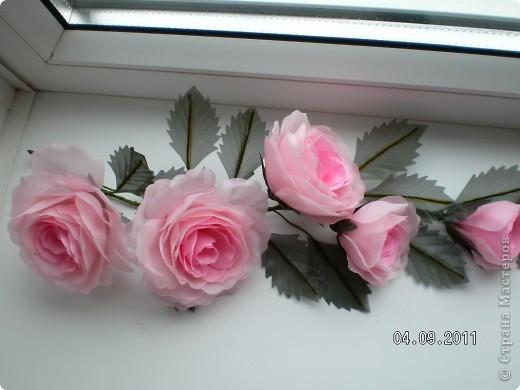 Доброго времени суток, мои дорогие. Очень захотелось показать Вам работы моей дорогой и любимой мамочки. Эти цветы все сделаны из ткани.  Ветка розы фото 3