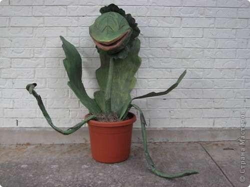 Это дикое, но симпатичное растние зовут Одри II, оно сделано к Хэллоувину из папье-маше. Для чего и кому может пригодиться подобный мастер-класс, я однозначного ответа дать не могу, но по-моему, отличный домашний любимец, как считаете? фото 1