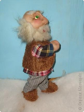 Дед Егор В тёпленькой рубашечке,но желетку и тёплые тапочки не забыл надеть  фото 3