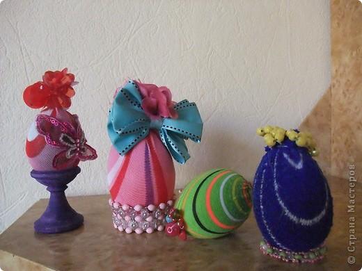 Эти работы делали весной к Пасхе. Деревянное яйцо обтянуто детским носочком и укращено ленточками и бусинами фото 2