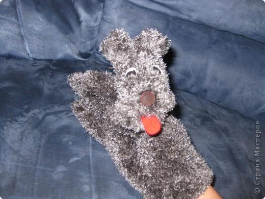 Вот такие зверушки-перчатки сегодня родились.Собачка была сшита уже давно по МК Многомамы-спасибо ей огроменное!А коллега по работе попросила сделать белочку и зайку для своих первоклашек.Это герои из учебника. фото 2
