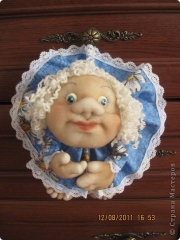 Ко мне в гости приехала девочка, для которой я делела подарочки и мы с ней учились шить куколку. Эту куколку она сшила полностью сама. Единственное,  я ей помогла бутылку обтянуть сантипоном  и пришить голову. Все остальное сама. Согласитесь дорогие мастерицы, что для девочки 7 лет, первая кукла получилась отлично. Лично мне понравилась фото 3