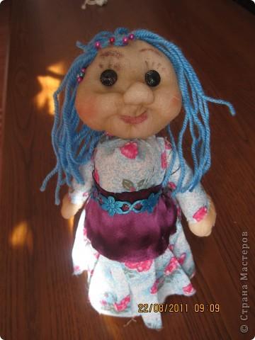 Ко мне в гости приехала девочка, для которой я делела подарочки и мы с ней учились шить куколку. Эту куколку она сшила полностью сама. Единственное,  я ей помогла бутылку обтянуть сантипоном  и пришить голову. Все остальное сама. Согласитесь дорогие мастерицы, что для девочки 7 лет, первая кукла получилась отлично. Лично мне понравилась фото 1