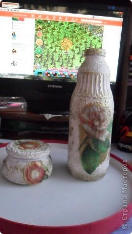 бутылка из под молока, зашпатлевала шпатлевкой, прочпокала золотой патиной, и любимый декупаж фрагментом салфетки с розой фото 1