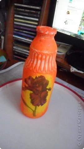 бутылка из под молока, зашпатлевала шпатлевкой, прочпокала золотой патиной, и любимый декупаж фрагментом салфетки с розой фото 2