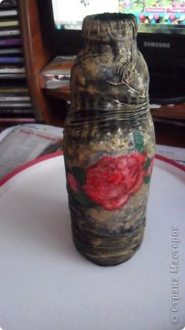 бутылка из под молока, зашпатлевала шпатлевкой, прочпокала золотой патиной, и любимый декупаж фрагментом салфетки с розой фото 4