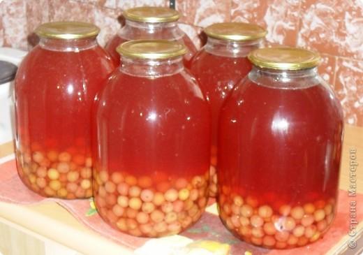 Это , конечно, домашний морс. Здесь вообще все необыкновенно просто: варим сироп из расчета на 2,5 литра воды 2 стакана сахара. Баночки с ягодами заливаем горячим сиропом. Укутываем. На следующий день повторяем процедуру.