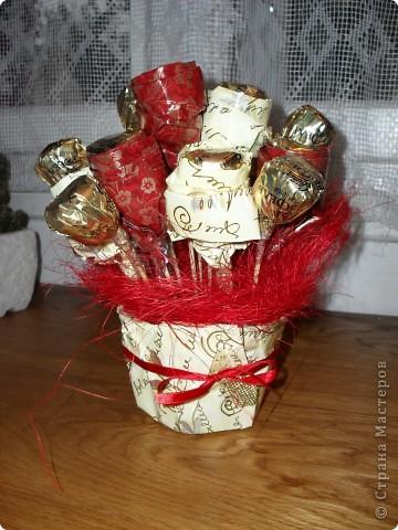 Букет на 60-летие тетки мужа.В букетике 45 шоколадных конфет и живые цветы фото 2