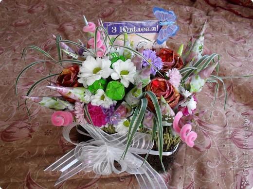 Букет на 60-летие тетки мужа.В букетике 45 шоколадных конфет и живые цветы фото 1