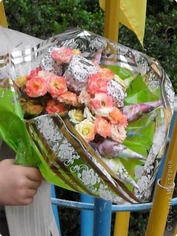 Букет на 60-летие тетки мужа.В букетике 45 шоколадных конфет и живые цветы фото 4