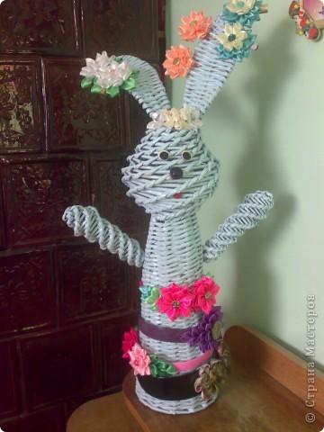 Вот такую зайчишку сделала для дочки. Мастер-клас не просите, все взято отсюда, из СМ. Все приемы плетение описаны у Л.Вологды и Веры С. А цветочек слизан у Полыни. Красила нитроэмалью .