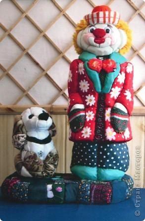 """Все дети любят игрушки, причём самые разные. Почему бы не подарить им их, а если они их сделают своими руками, то подарок будет вдвойне дороже. Сегодня я представляю объёмые модели в технике - инкрустация по пенопласту. МК можно посмотреть здесь - http://kugotova.ucoz.ru/blog/izgotovlenie_igrushki_metodom_inkrustacii/2011-08-16-7  """"Клоун с собачкой"""" (повторюшка) фото 1"""