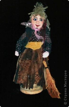 """Куклы из пенопласта не самая распространённая на сегодня техника, хотя не так давно, пользовалась большой популярностью. Заготовки туловища, головы, рук, ног вырезаются из кусочков пенопласта. Затем их покрывают шпаклёвкой, дают ей просохнуть, обшкуривают наждачной бумагой и покрывают гуашью. После этого с помощью небольших кусочков проволоки соединяют между собой детали, предварительно, смазав их клеем. Таким образом все детали будут соединены между собой шарнирами (с их помощью можно будет придать кукле любую позу).Когда кукла готова можно начинать декорировать её (шить костюм, придумать причёску, расписать лицо, и т.д.). Эту работу любят выполнять даже мальчишки.  """"Кокетка"""" фото 2"""