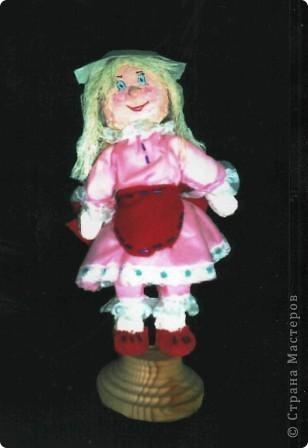 """Куклы из пенопласта не самая распространённая на сегодня техника, хотя не так давно, пользовалась большой популярностью. Заготовки туловища, головы, рук, ног вырезаются из кусочков пенопласта. Затем их покрывают шпаклёвкой, дают ей просохнуть, обшкуривают наждачной бумагой и покрывают гуашью. После этого с помощью небольших кусочков проволоки соединяют между собой детали, предварительно, смазав их клеем. Таким образом все детали будут соединены между собой шарнирами (с их помощью можно будет придать кукле любую позу).Когда кукла готова можно начинать декорировать её (шить костюм, придумать причёску, расписать лицо, и т.д.). Эту работу любят выполнять даже мальчишки.  """"Кокетка"""" фото 3"""