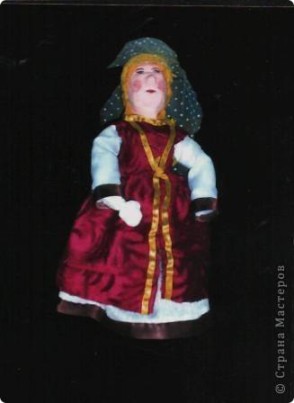 """Куклы из пенопласта не самая распространённая на сегодня техника, хотя не так давно, пользовалась большой популярностью. Заготовки туловища, головы, рук, ног вырезаются из кусочков пенопласта. Затем их покрывают шпаклёвкой, дают ей просохнуть, обшкуривают наждачной бумагой и покрывают гуашью. После этого с помощью небольших кусочков проволоки соединяют между собой детали, предварительно, смазав их клеем. Таким образом все детали будут соединены между собой шарнирами (с их помощью можно будет придать кукле любую позу).Когда кукла готова можно начинать декорировать её (шить костюм, придумать причёску, расписать лицо, и т.д.). Эту работу любят выполнять даже мальчишки.  """"Кокетка"""" фото 4"""