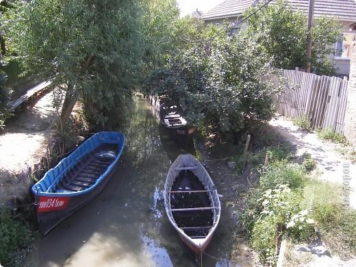 Отдыхая в Одессе в августе этого года, мне довелось посетить несколько интересных мест. Одним их них стало Вилково – так называемая «Украинская Венеция», последний населенный пункт на побережье Дуная перед его впадением в Черное море. Вилково вызвало у меня довольно-таки противоречивые чувства. Ничего подобного увидеть я не ожидала. фото 2