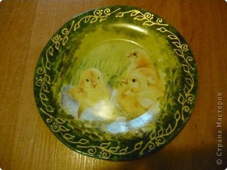 Для своей внучки Ксюшеньки (ей 1,5 годика) решила сделать такие тарелочки. Это обратный декупаж. Рабочая поверхность чистая, стеклянная. С них можно кушать Обратная сторона залакирована матовым акриловым лаком. Спасибо девочкам. Салфеточки получила по обмену. фото 1